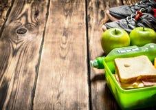 Sandwichs, fruit, milkshake et espadrilles de sports Images stock
