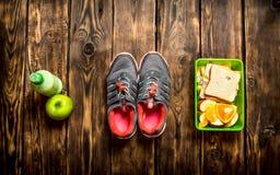 Sandwichs, fruit, milkshake et espadrilles de sports Photos libres de droits