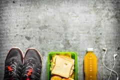 Sandwichs, jus d'orange et fruit Sur la table en pierre Photo stock