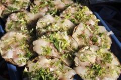 Sandwichs marinés frais à filet de harengs avec l'aneth image stock