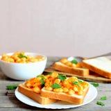 Sandwichs ouverts à végétarien d'un plat Haricots blancs cuits avec les légumes et le persil sur des tranches de pain blanc La no Photographie stock libre de droits