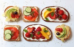 Sandwichs ouverts avec de divers écrimages sains photo libre de droits