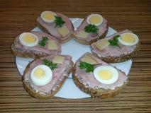 Sandwichs ouverts de plat avec de la salade, jambon, oeuf, fromage, persil photos libres de droits