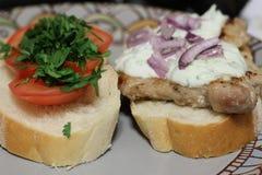 Sandwichs rustiques avec du porc et tomates et tzatziki photographie stock