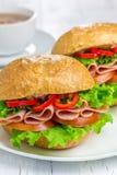 Sandwichs sains avec du jambon et une tasse de chocolat chaud images stock