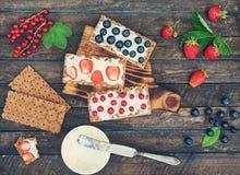 Sandwichs sains avec le fromage à pâte molle et les baies sur des chips de pain Concept sain de cadeaux de consommation et d'été  image libre de droits