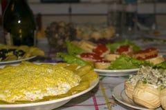 Sandwichs, salade, tartelettes et vin sur la table de fête photographie stock libre de droits