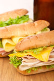 Sandwichs savoureux à jambon, à salami, à dinde et à boeuf Image libre de droits
