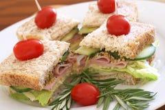 Sandwichs savoureux sur le pain de blé entier Photo stock