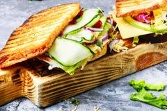 Sandwichs sur la planche à découper Images libres de droits