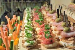 Sandwichs sur la table de vacances dans le restaurant photographie stock