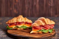 Sandwichs sur une lumière en bois et un fond foncé image libre de droits