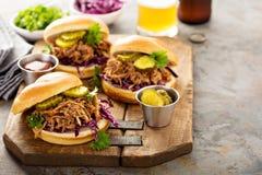 Sandwichs tirés à porc avec le chou et les conserves au vinaigre Image stock