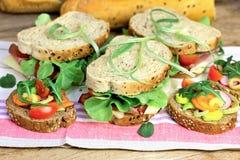 Sandwichs végétariens et sandwichs de jambon Photographie stock libre de droits
