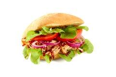 Sandwish met getrokken varkensvlees, salade en tomaat op wit Stock Afbeeldingen