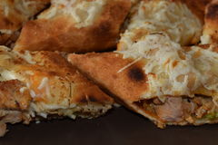 Sandwitch délicieux de poulet avec les pommes frites et la sauce Photo libre de droits