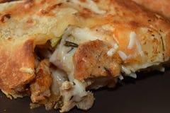 Sandwitch délicieux de poulet avec les pommes frites et la sauce Photo stock