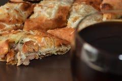 Sandwitch delicioso del pollo con las patatas fritas y la salsa Fotos de archivo libres de regalías