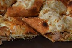 Sandwitch delicioso del pollo con las patatas fritas y la salsa Foto de archivo libre de regalías