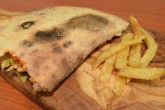 Sandwitch delicioso del pollo en una placa de madera Foto de archivo