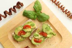 Sandwitches med avokadot och tomater arkivfoto