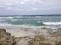 Sandy и скалистый пляж в Cozumel Стоковое Изображение