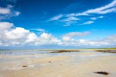 Sandy Bay e Cloudscape Sabbia di Cata, Sanday, Orkney, Scozia Immagine Stock Libera da Diritti