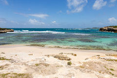 Sandy Bay e mar das caraíbas rústicos bonitos Imagens de Stock