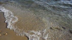 Sandy Beach abandonado com as ondas que rolam dentro no tempo agradável filme