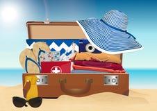Sandy Beach Accessoires d'été Trousse de premiers soins de valise et de route photo libre de droits