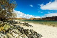 Sandy Beach blanco en montañas escocesas imágenes de archivo libres de regalías