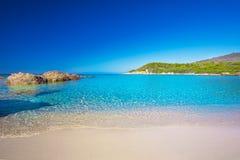 Sandy Beach bonito com as rochas perto de Cargese, Córsega fotos de stock royalty free