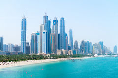 Sandy Beach bonito e skyline metropolitana moderna Imagens de Stock Royalty Free