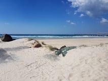 Sandy Beach com grandes rochas foto de stock