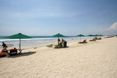Sandy Beach com o céu azul na praia Bali de Kuta Foto de Stock