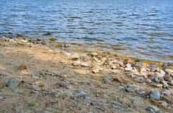 Sandy Beach com pedras Imagem de Stock