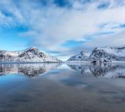 Sandy Beach com reflexão bonita na água Imagens de Stock Royalty Free