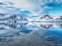 Sandy Beach com reflexão bonita na água, ilhas de Lofoten, Noruega Fotos de Stock Royalty Free