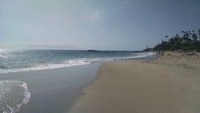 Sandy Beach con le onde che rallentano facilitando sulla sabbia fotografia stock libera da diritti