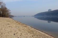 Sandy Beach da mola no Kiev Hydropark Vista ao banco direito de Kiev fotos de stock