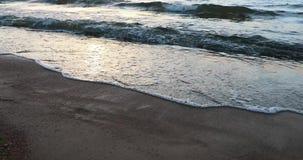 Sandy Beach e a maré da água na noite filme