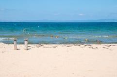 Sandy Beach e mar azul imagens de stock