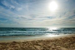 Sandy Beach e mar azul no por do sol Fotografia de Stock Royalty Free