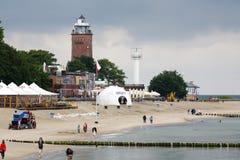 Sandy Beach e o farol em Kolobrzeg Fotografia de Stock