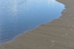 Sandy Beach e rio Imagem de Stock