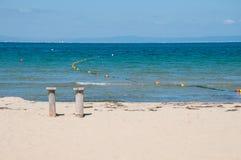 Sandy Beach en Blauwe Overzees royalty-vrije stock fotografie