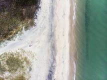 Sandy Beach et vagues d'en haut photo stock