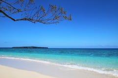 Sandy Beach Gee na ilha na lagoa de Ouvea, ilhas de lealdade, Nova Caledônia foto de stock royalty free