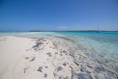 Sandy Beach met Charter Verankerde Catamarans royalty-vrije stock fotografie