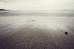 Sandy Beach mit wispy Wellen stockfotos